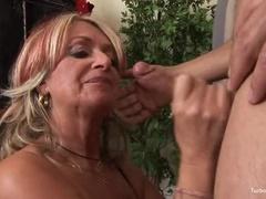 Beauteous Ervaren Vrouw Geeft Een Vriendelijke Blowjob