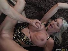Sexy Buxomy Cougar Emma Starr Vine Cu O Muie