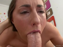 Comely Buxomy Teen Whore Paige Turnah Gør En Pik Sulten Dybe Hals